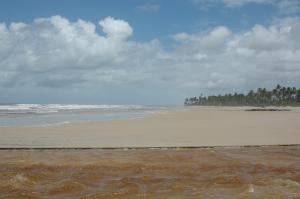 Praia quase deserta.