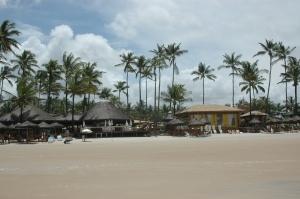 Estrutura do hotel na praia.
