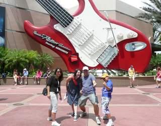 Lu, eu, zé e Pedro empolgados com a Rock 'n' Roller Coaster