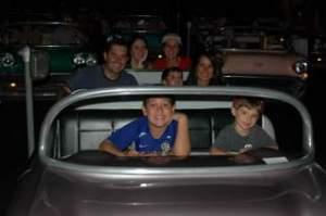 Todo mundo no Sci-fi Dine-in Theater. Mãe e Pai ficaram no carro ao lado...