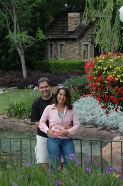 Lu e Zé em momento romântico nos jardins do Canadá, em Epcot.