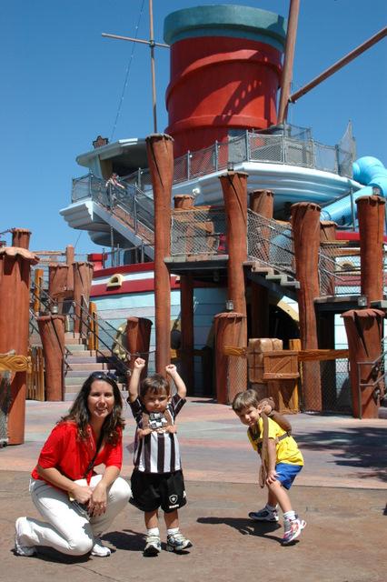 Crianças pequenas se divertindo no Barco da Olivia