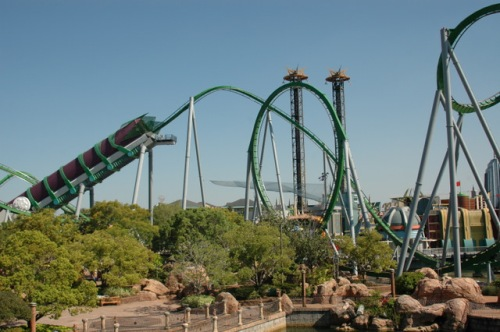 Montanha russa do Hulk - é dentro daquele tubo que o carrinho pega velocidade.