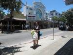 Em frente ao famoso cinema.
